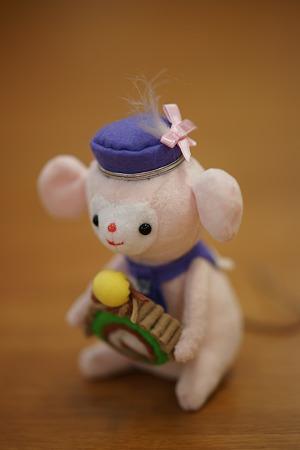 モンブランを持つネズミのぬいぐるみ