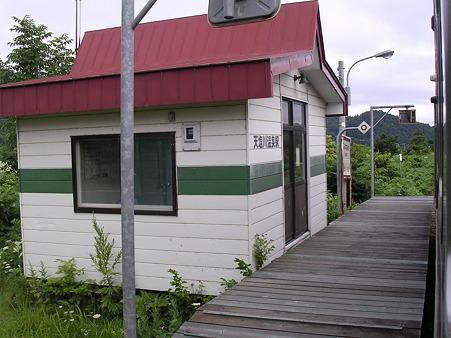 天塩川温泉駅待合室とホーム