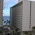 写真: ホテルの間に見えるワイキキの海