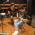 写真: サビ前の入り方について話し合うギターとベース。