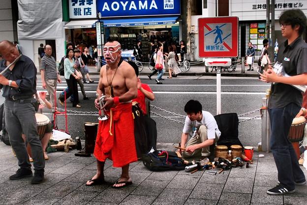 写真: 演奏する不思議なグループ