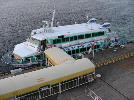 ジェットフォイル両津港に入港
