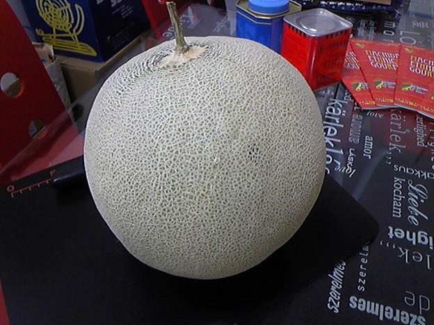 写真: これが、例の町田メロン!会社に届きました~。でかっ!!