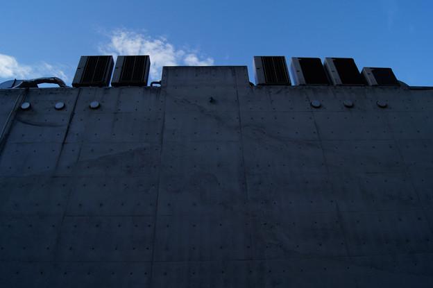 Photos: 高い塀からのアメ村