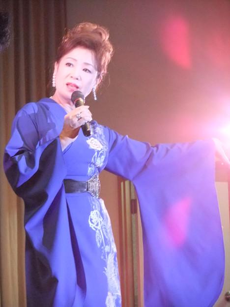 和装ファッション!紫の着物で凛とした表情の五月みどり