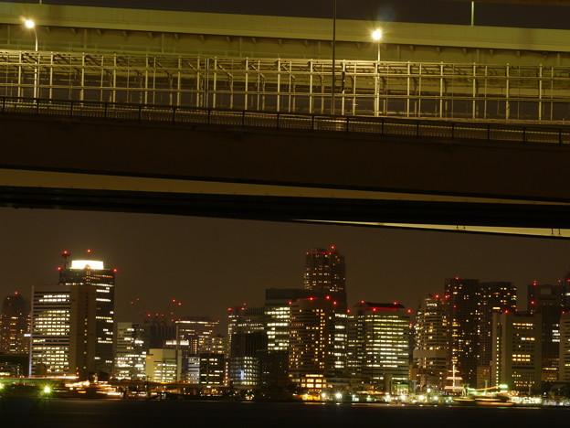橋の下のビル