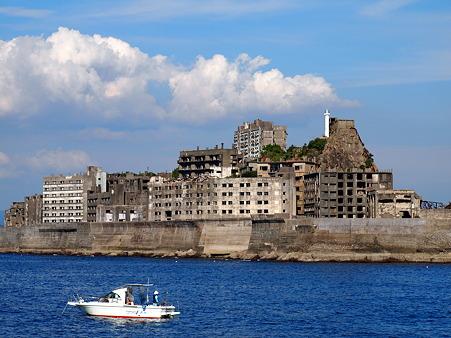 白い船と軍艦島