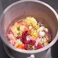 Photos: 咲いていた花は洗剤入りの水中に