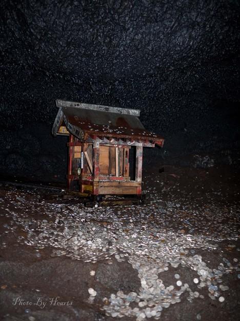 洞窟内の祠