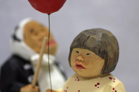 2011.08.03 机 木彫り小舎オリジナル木彫人形 風船を持つ女の子