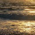 写真: 朝日を浴びて・波・・・。