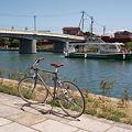 運河を渡る船と