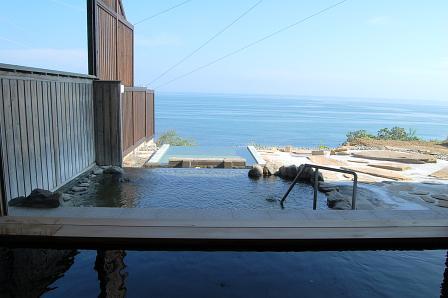 内風呂から露天&太平洋を望む