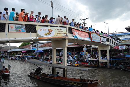 観光客であふれる橋