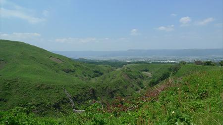 仙酔峡道路より阿蘇市を見下ろす