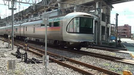 JR高崎線・熊谷駅を通過する寝台特急カシオペア(その3:最後尾はカシオペアスイート(展望室))