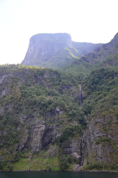 24.フィヨルドにそそぐ一筋の細い滝